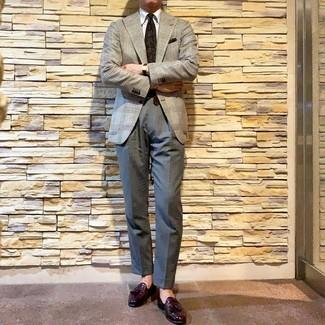 Wie kombinieren: graues Sakko mit Hahnentritt-Muster, weißes Businesshemd, graue Anzughose, dunkellila Leder Slipper mit Quasten