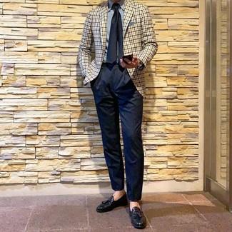 Wie kombinieren: hellbeige Sakko mit Vichy-Muster, hellblaues Businesshemd, dunkelblaue Anzughose, schwarze Leder Slipper mit Quasten