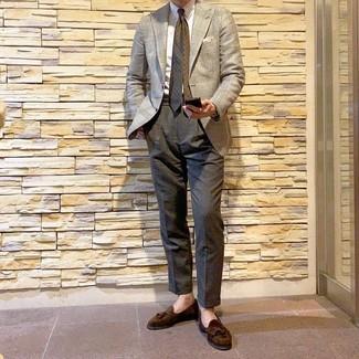 Wie kombinieren: hellbeige Sakko mit Hahnentritt-Muster, weißes Businesshemd, dunkelgraue Anzughose, dunkelbraune Wildleder Slipper mit Quasten