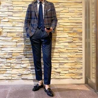 Wie kombinieren: dunkelbraunes Wollsakko mit Schottenmuster, weißes Businesshemd, dunkelblaue Anzughose, schwarze Leder Slipper mit Quasten