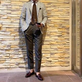 Wie kombinieren: hellbeige vertikal gestreiftes Sakko, weißes Businesshemd, dunkelgraue Anzughose, dunkelrote Leder Slipper mit Quasten