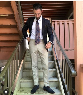 Wie kombinieren: dunkelgraues Sakko mit Karomuster, weißes Businesshemd, hellbeige Anzughose, dunkelblaue Leder Oxford Schuhe