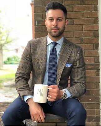 Wie kombinieren: braunes Sakko mit Schottenmuster, hellblaues Businesshemd, dunkelblaue Anzughose, dunkelblaue und weiße gepunktete Krawatte