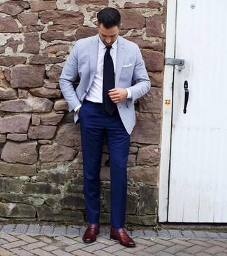 Wie kombinieren: hellblaues Sakko, weißes Businesshemd, dunkelblaue Anzughose, dunkelrote Leder Slipper