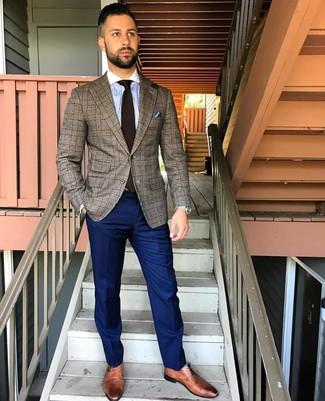 Wie kombinieren: braunes Sakko mit Schottenmuster, hellblaues vertikal gestreiftes Businesshemd, dunkelblaue Anzughose, braune Leder Derby Schuhe