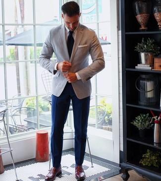Wie kombinieren: graues Sakko, weißes Businesshemd, dunkelblaue Anzughose, dunkelrote Leder Slipper