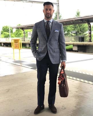Wie kombinieren: graues Sakko mit Schottenmuster, graues Businesshemd, dunkelblaue Anzughose, dunkelbraune Wildleder Slipper