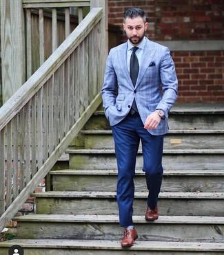 Wie kombinieren: hellblaues Sakko mit Schottenmuster, hellblaues Businesshemd, dunkelblaue Anzughose, braune Leder Oxford Schuhe