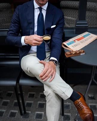 Wie kombinieren: dunkelblaues Sakko, weißes Businesshemd, hellbeige Anzughose, braune Leder Oxford Schuhe