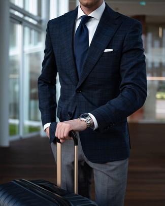 Wie kombinieren: dunkelblaues Sakko mit Schottenmuster, weißes Businesshemd, graue Anzughose mit Schottenmuster, schwarzer Koffer