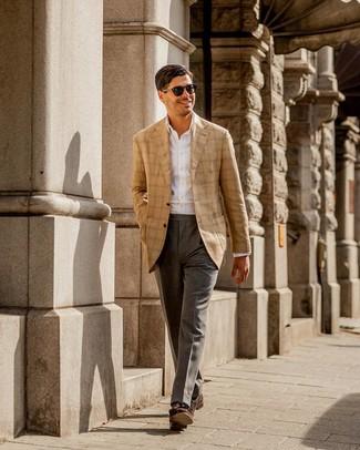 Wie kombinieren: beige Sakko mit Schottenmuster, weißes Businesshemd, graue Anzughose, dunkelbraune Wildleder Slipper mit Quasten