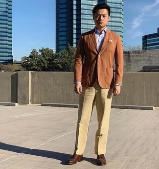 Wie kombinieren: rotbraunes Sakko, hellblaues Businesshemd, beige Anzughose, braune Leder Brogues