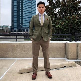 Wie kombinieren: olivgrünes Wollsakko, hellblaues Businesshemd, braune Anzughose, braune Leder Derby Schuhe