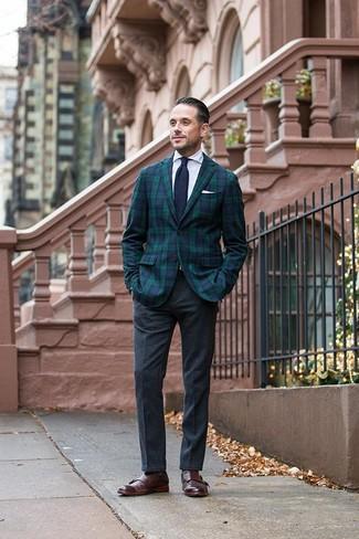 Dunkelblaue und weiße Strick Krawatte kombinieren: trends 2020: Paaren Sie ein dunkelblaues und grünes Sakko mit Schottenmuster mit einer dunkelblauen und weißen Strick Krawatte, um vor Klasse und Perfektion zu strotzen. Dunkelbraune Doppelmonks aus Leder fügen sich nahtlos in einer Vielzahl von Outfits ein.