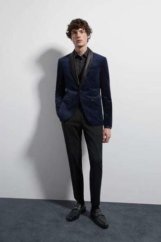 Wie kombinieren: dunkelblaues Samtsakko, schwarzes Businesshemd, schwarze Anzughose, schwarze Leder Slipper