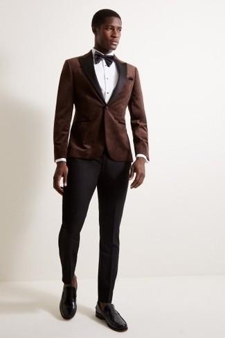 Dunkelbraune Socken kombinieren: Entscheiden Sie sich für Komfort in einem dunkelbraunen Samtsakko und dunkelbraunen Socken. Vervollständigen Sie Ihr Outfit mit schwarzen Leder Slippern, um Ihr Modebewusstsein zu zeigen.