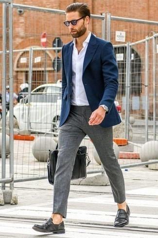 Herren Outfits & Modetrends für Sommer 2020: Kombinieren Sie ein dunkelblaues Sakko mit einer grauen Anzughose, um vor Klasse und Perfektion zu strotzen. Schwarze Leder Slipper sind eine gute Wahl, um dieses Outfit zu vervollständigen. Ein toller Look für den Sommer.