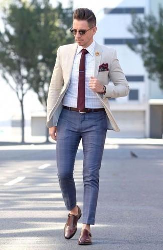 Dunkelrote Krawatte kombinieren: trends 2020: Machen Sie sich mit einem hellbeige Sakko und einer dunkelroten Krawatte einen verfeinerten, eleganten Stil zu Nutze. Wenn Sie nicht durch und durch formal auftreten möchten, entscheiden Sie sich für braunen Doppelmonks aus Leder.