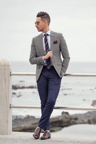 Graues Wollsakko kombinieren: trends 2020: Erwägen Sie das Tragen von einem grauen Wollsakko und einer dunkelblauen Wollanzughose für eine klassischen und verfeinerte Silhouette. Vervollständigen Sie Ihr Look mit dunkelroten Doppelmonks aus Leder.