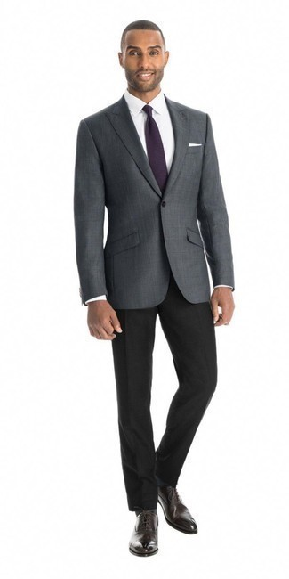 Dunkelbraune Leder Oxford Schuhe kombinieren: trends 2020: Kombinieren Sie ein dunkelgraues Sakko mit Karomuster mit einer schwarzen Anzughose, um vor Klasse und Perfektion zu strotzen. Fühlen Sie sich mutig? Entscheiden Sie sich für dunkelbraunen Leder Oxford Schuhe.