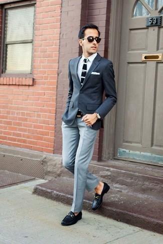 Anzughose kombinieren: trends 2020: Kombinieren Sie ein dunkelgraues Sakko mit einer Anzughose für eine klassischen und verfeinerte Silhouette. Schwarze geflochtene Leder Slipper sind eine kluge Wahl, um dieses Outfit zu vervollständigen.