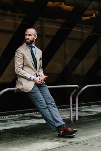 Businesshemd kombinieren: trends 2020: Kombinieren Sie ein Businesshemd mit einer grauen Wollanzughose für eine klassischen und verfeinerte Silhouette. Machen Sie diese Aufmachung leger mit dunkelroten Leder Brogues.