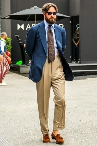 Dunkelblaues Wollsakko kombinieren: trends 2020: Vereinigen Sie ein dunkelblaues Wollsakko mit einer beige Anzughose, um vor Klasse und Perfektion zu strotzen. Dieses Outfit passt hervorragend zusammen mit rotbraunen Wildleder Slippern mit Quasten.