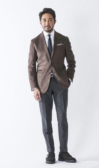 Dunkelbraunes Wollsakko kombinieren: trends 2020: Paaren Sie ein dunkelbraunes Wollsakko mit einer dunkelgrauen Wollanzughose für eine klassischen und verfeinerte Silhouette. Schwarze Doppelmonks aus Wildleder fügen sich nahtlos in einer Vielzahl von Outfits ein.