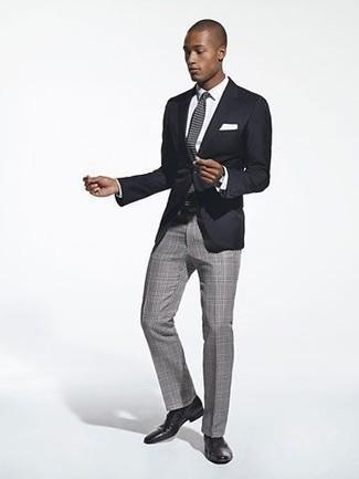 Graue Strick Krawatte kombinieren – 40 Herren Outfits: Kombinieren Sie ein schwarzes Sakko mit einer grauen Strick Krawatte für einen stilvollen, eleganten Look. Ergänzen Sie Ihr Look mit schwarzen Leder Derby Schuhen.
