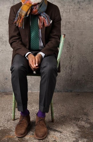 Dunkelbraunes Wollsakko kombinieren: trends 2020: Entscheiden Sie sich für ein dunkelbraunes Wollsakko und eine dunkelgraue Anzughose, um vor Klasse und Perfektion zu strotzen. Wählen Sie die legere Option mit braunen Chukka-Stiefeln aus Wildleder.