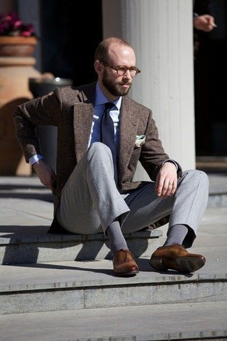 Dunkelbraunes Wollsakko kombinieren: trends 2020: Tragen Sie ein dunkelbraunes Wollsakko und eine graue Anzughose für eine klassischen und verfeinerte Silhouette. Braune Leder Oxford Schuhe sind eine perfekte Wahl, um dieses Outfit zu vervollständigen.