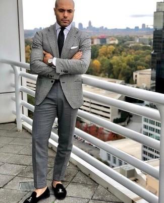 Businesshemd kombinieren: trends 2020: Kombinieren Sie ein Businesshemd mit einer grauen Anzughose für eine klassischen und verfeinerte Silhouette. Fühlen Sie sich mutig? Komplettieren Sie Ihr Outfit mit schwarzen Samt Slippern.