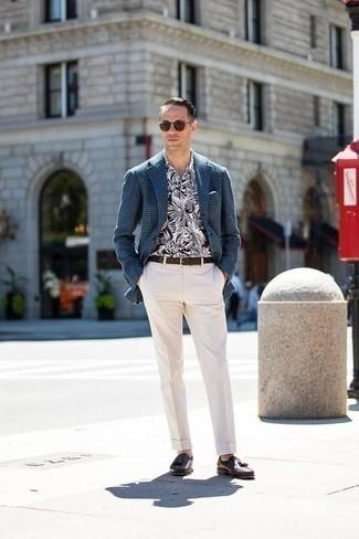 Businesshemd kombinieren: trends 2020: Erwägen Sie das Tragen von einem Businesshemd und einer weißen Anzughose, um vor Klasse und Perfektion zu strotzen. Suchen Sie nach leichtem Schuhwerk? Wählen Sie dunkelbraunen Leder Slipper mit Quasten für den Tag.