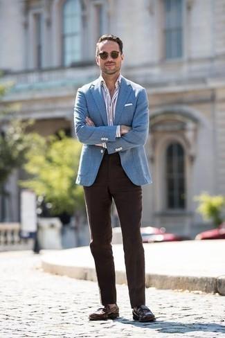 Dunkelbraune Anzughose kombinieren: trends 2020: Paaren Sie ein blaues Sakko mit Hahnentritt-Muster mit einer dunkelbraunen Anzughose für einen stilvollen, eleganten Look. Dunkelbraune Leder Slipper sind eine perfekte Wahl, um dieses Outfit zu vervollständigen.