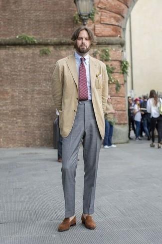 Dunkelrote gepunktete Krawatte kombinieren: trends 2020: Kombinieren Sie ein beige Sakko mit einer dunkelroten gepunkteten Krawatte, um vor Klasse und Perfektion zu strotzen. Dieses Outfit passt hervorragend zusammen mit braunen Wildleder Slippern.