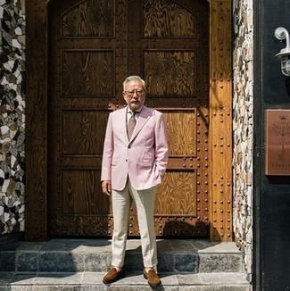 Rosa Sakko kombinieren: trends 2020: Paaren Sie ein rosa Sakko mit einer hellbeige Anzughose für einen stilvollen, eleganten Look. Vervollständigen Sie Ihr Look mit braunen Wildleder Slippern.
