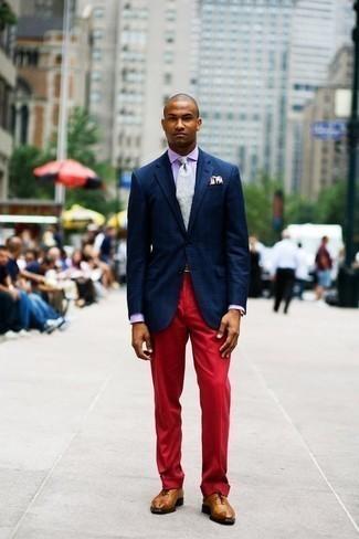 Schuhe kombinieren: trends 2020: Entscheiden Sie sich für einen klassischen Stil in einem dunkelblauen Sakko mit Schottenmuster und einer roten Anzughose. Fühlen Sie sich mutig? Wählen Sie rotbraunen Leder Oxford Schuhe.
