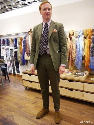 Rosa Businesshemd kombinieren: trends 2020: Paaren Sie ein rosa Businesshemd mit einer olivgrünen Anzughose für eine klassischen und verfeinerte Silhouette. Wenn Sie nicht durch und durch formal auftreten möchten, vervollständigen Sie Ihr Outfit mit beige Wildleder Derby Schuhen.