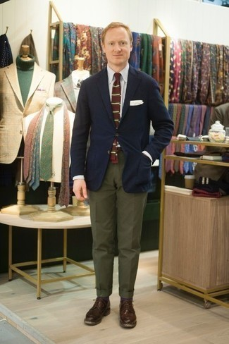 Dunkelbraune Leder Derby Schuhe kombinieren: trends 2020: Kombinieren Sie ein dunkelblaues Sakko mit einer olivgrünen Anzughose für eine klassischen und verfeinerte Silhouette. Vervollständigen Sie Ihr Look mit dunkelbraunen Leder Derby Schuhen.