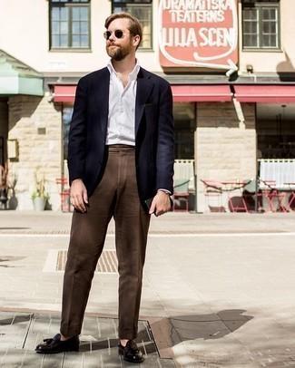 Dunkelbraune Anzughose kombinieren: trends 2020: Vereinigen Sie ein dunkelblaues Sakko mit einer dunkelbraunen Anzughose für einen stilvollen, eleganten Look. Dieses Outfit passt hervorragend zusammen mit dunkelbraunen Leder Slippern mit Quasten.
