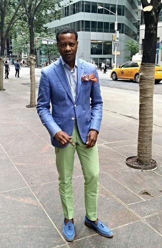 Hellblaues vertikal gestreiftes Businesshemd kombinieren: trends 2020: Kombinieren Sie ein hellblaues vertikal gestreiftes Businesshemd mit einer mintgrünen Anzughose für einen stilvollen, eleganten Look. Dieses Outfit passt hervorragend zusammen mit hellblauen Wildleder Slippern mit Quasten.