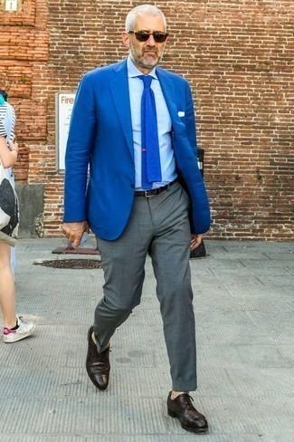 50 Jährige: Wie blaues Sakko mit grauer Hose zu kombinieren – 54 Herren Outfits: Vereinigen Sie ein blaues Sakko mit einer grauen Hose für eine klassischen und verfeinerte Silhouette. Fühlen Sie sich mutig? Ergänzen Sie Ihr Outfit mit dunkellila Leder Brogues.