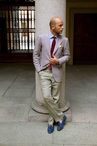 Rosa Sakko kombinieren: trends 2020: Entscheiden Sie sich für einen klassischen Stil in einem rosa Sakko und einer olivgrünen Anzughose. Ergänzen Sie Ihr Look mit blauen Wildleder Slippern.