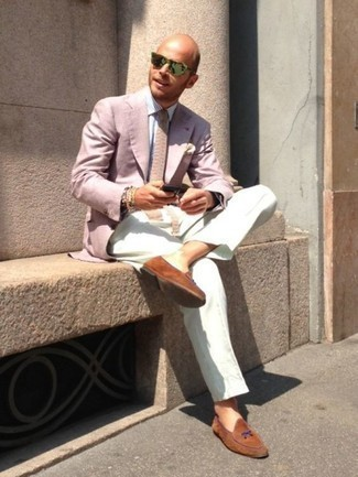 Rosa Sakko kombinieren: trends 2020: Geben Sie den bestmöglichen Look ab in einem rosa Sakko und einer weißen Anzughose. Vervollständigen Sie Ihr Look mit rotbraunen Wildleder Slippern.