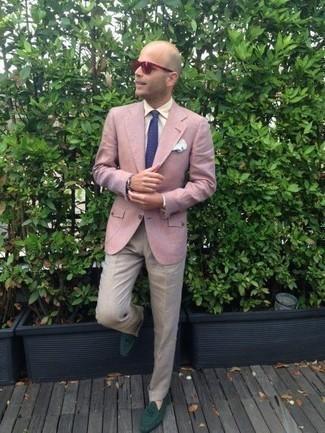 Rosa Sakko kombinieren: trends 2020: Kombinieren Sie ein rosa Sakko mit einer hellbeige Anzughose für eine klassischen und verfeinerte Silhouette. Ergänzen Sie Ihr Look mit dunkelgrünen Wildleder Slippern.