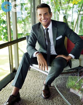 Machen Sie sich mit einem dunkelgrauen Sakko und einer dunkelgrauen Anzughose einen verfeinerten, eleganten Stil zu Nutze. Fühlen Sie sich mutig? Ergänzen Sie Ihr Outfit mit dunkelbraunen leder brogues.