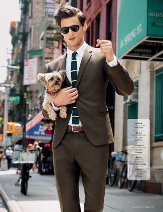Wie kombinieren: braunes Sakko, weißes Businesshemd, braune Anzughose, dunkeltürkise horizontal gestreifte Wollkrawatte
