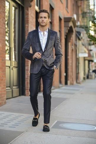 20 Jährige: Schwarze Anzughose kombinieren: trends 2020: Kombinieren Sie ein dunkelgraues Sakko mit einer schwarzen Anzughose für einen stilvollen, eleganten Look. Vervollständigen Sie Ihr Look mit schwarzen Wildleder Slippern.