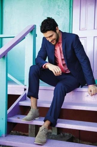 Vereinigen Sie ein dunkelblaues Sakko mit einer dunkelblauen Anzughose für einen stilvollen, eleganten Look. Suchen Sie nach leichtem Schuhwerk? Komplettieren Sie Ihr Outfit mit grauen chukka-stiefeln aus wildleder für den Tag.