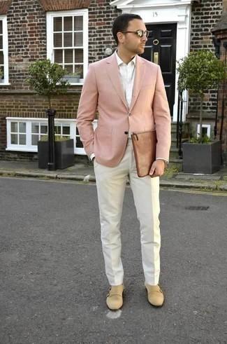 Rosa Sakko kombinieren: trends 2020: Kombinieren Sie ein rosa Sakko mit einer weißen Anzughose für eine klassischen und verfeinerte Silhouette. Ergänzen Sie Ihr Look mit hellbeige Doppelmonks aus Wildleder.